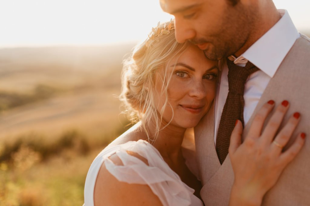 Romantic wedding in Toscana, Italia. Bueatiful bride and groom during wedding shoots captured by Nat Kontraktewicz tuscany wedding photographer