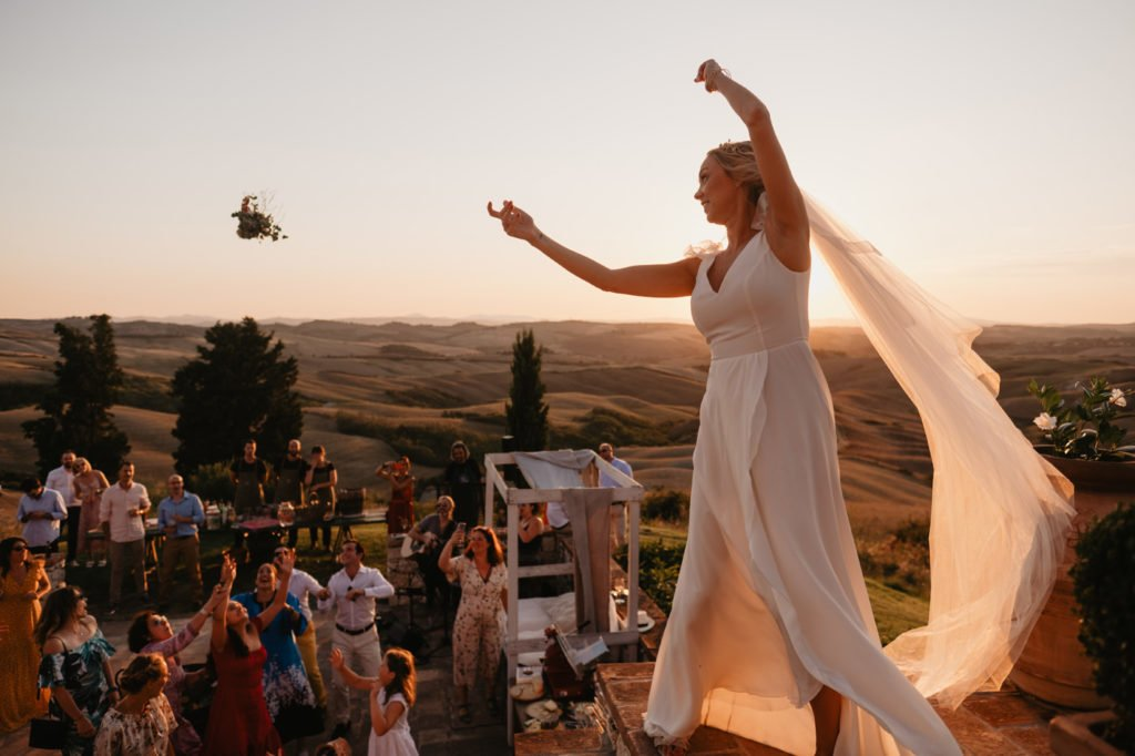 English rzut bukietem na weselu throw a bouquet at a wedding location in tuscany