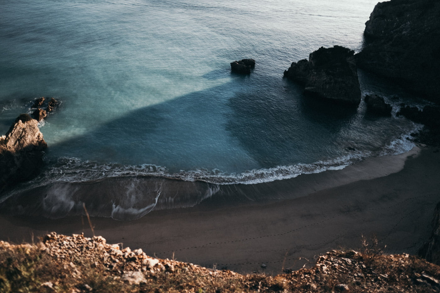 Beautiful beaches to elope in Portugal. Secret beach with cliffs for a wedding in Portugal.